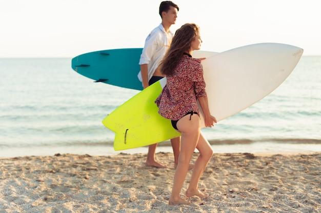 Giovane coppia di surfisti