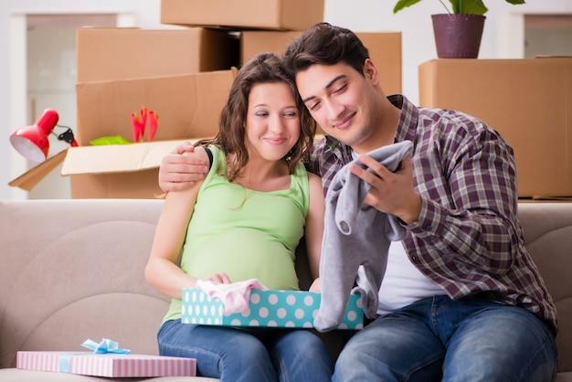 Giovane coppia di uomo e moglie incinta con giftbox