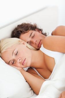 Giovane coppia dormendo
