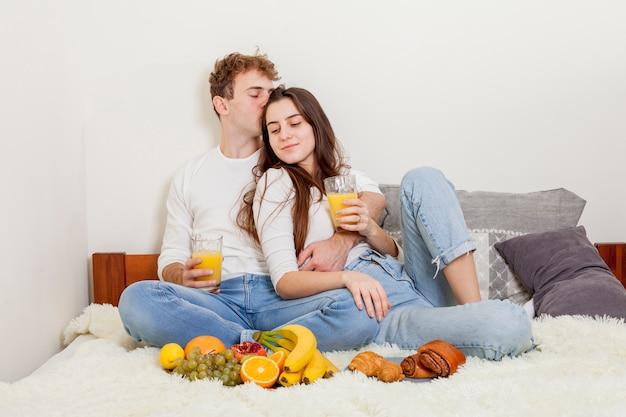 Giovane coppia facendo colazione a letto