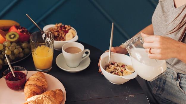 Giovane coppia facendo colazione