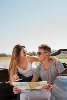 Giovane coppia facendo un viaggio