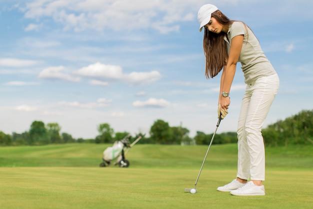 Giovane coppia giocando a golf