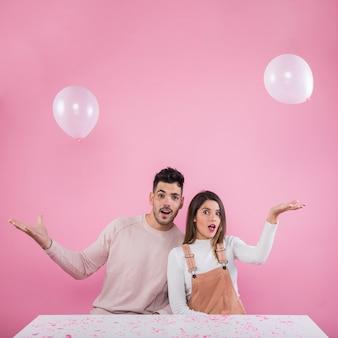 Giovane coppia giocando con palloni ad aria bianca