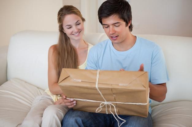 Giovane coppia guardando un pacchetto
