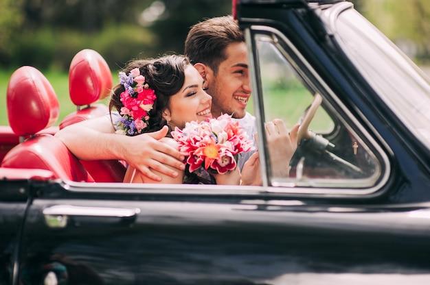 Giovane coppia in auto d'epoca