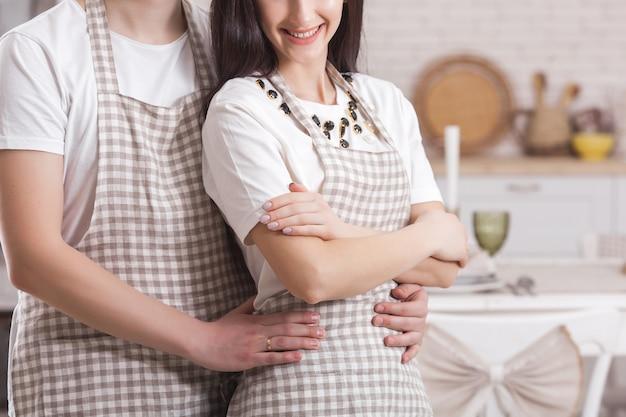 Giovane coppia in cucina. uomo e donna in cucina. ragazzo e ragazza in casa sulla cucina.