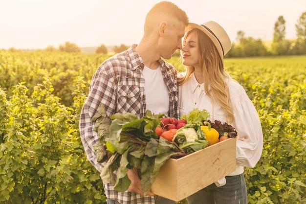 Giovane coppia in fattoria