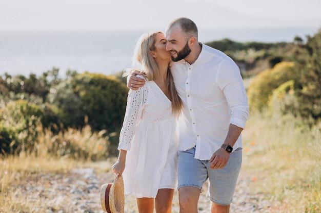 Giovane coppia in luna di miele in grecia in riva al mare