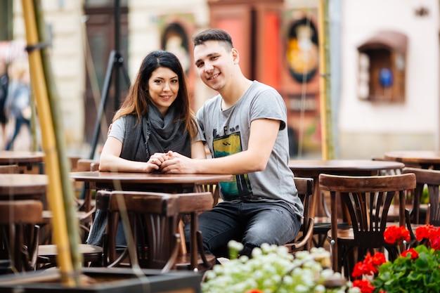 Giovane coppia in posa sullo sfondo della città, concetto di viaggio