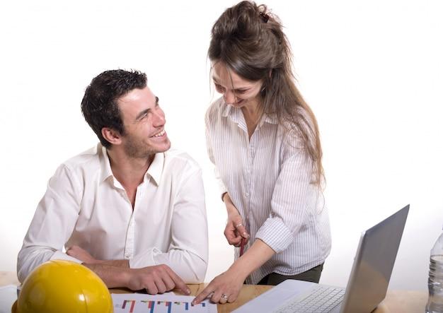 Giovane coppia in ufficio