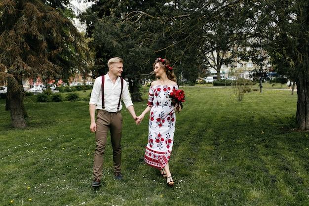Giovane coppia in un giardino fiorito