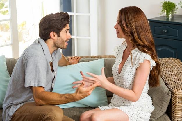 Giovane coppia in una discussione