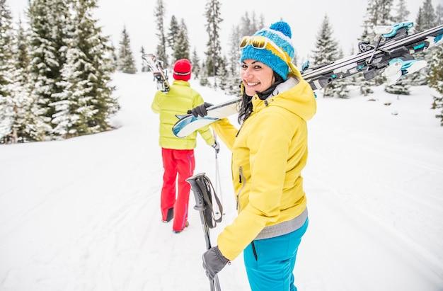 Giovane coppia in vacanza sci