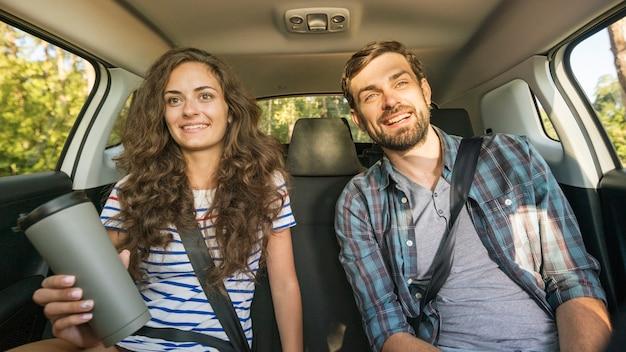 Giovane coppia in viaggio in macchina