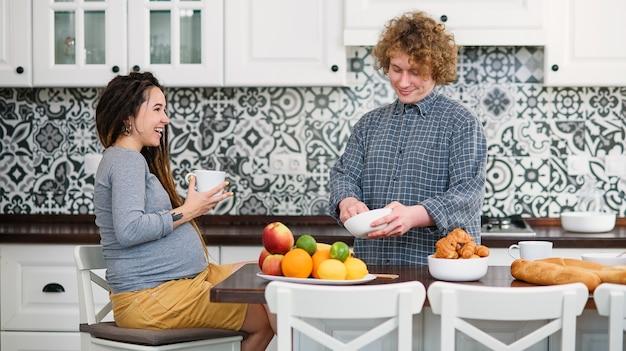 Giovane coppia incinta in attesa di bambino