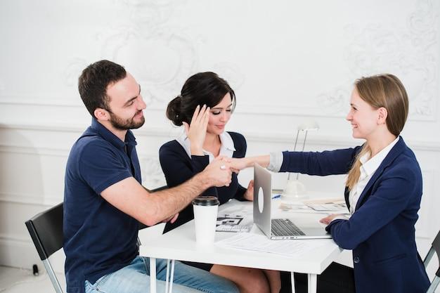 Giovane coppia incontro architetto per la futura casa