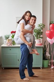 Giovane coppia innamorata a casa per festeggiare san valentino