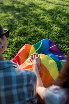 Giovane coppia innamorata si tengono per mano sulla natura