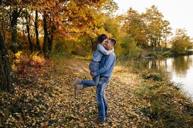 Giovane coppia innamorata. una storia d'amore nel parco forestale d'autunno