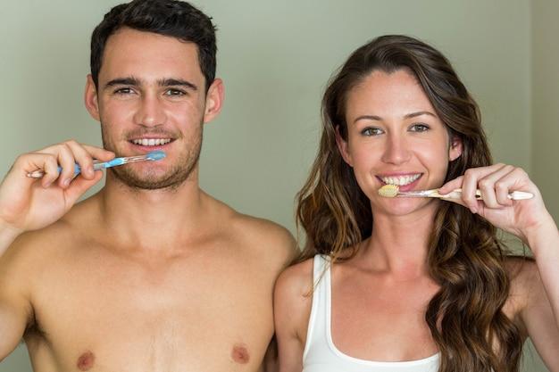 Giovane coppia lavarsi i denti a casa in bagno