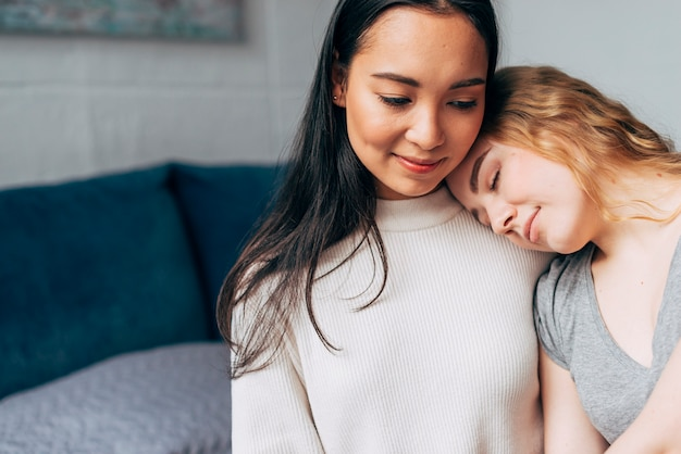 Giovane coppia lesbica che si abbraccia