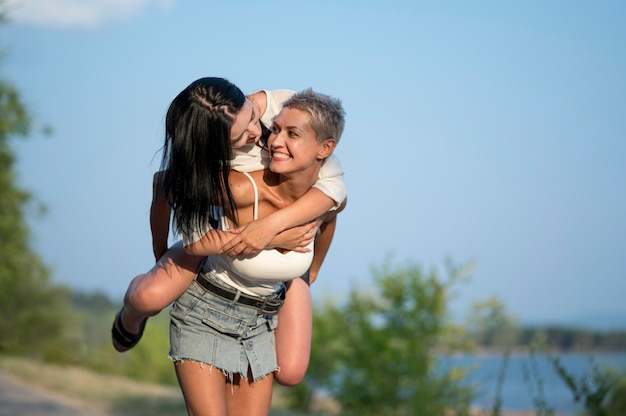 Giovane coppia lesbica piggy back ride