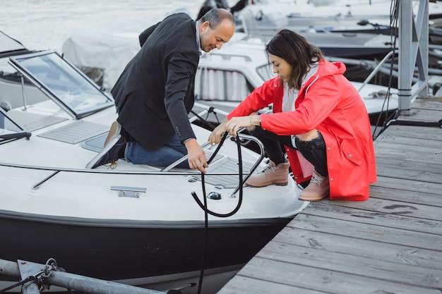 Giovane coppia nel porto di yachting