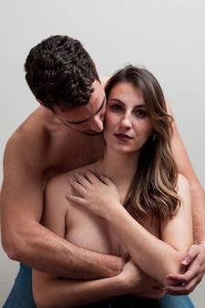 Giovane coppia nuda abbracciando