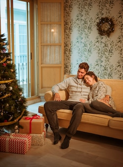 Giovane coppia rilassante sul divano