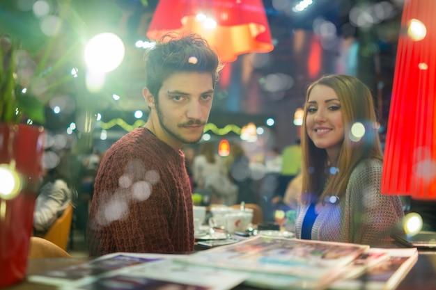 Giovane coppia romantica nel ristorante di notte