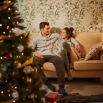 Giovane coppia seduta sul divano