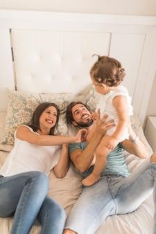 Giovane coppia si diverte con la figlia
