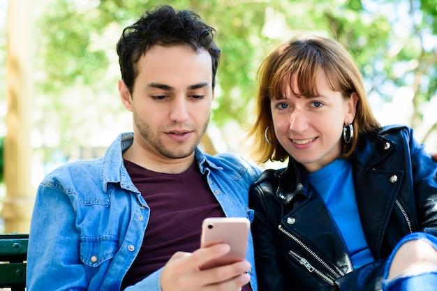 Giovane coppia utilizzando l'applicazione su smartphone