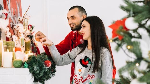 Giovane coppia vicino a candele