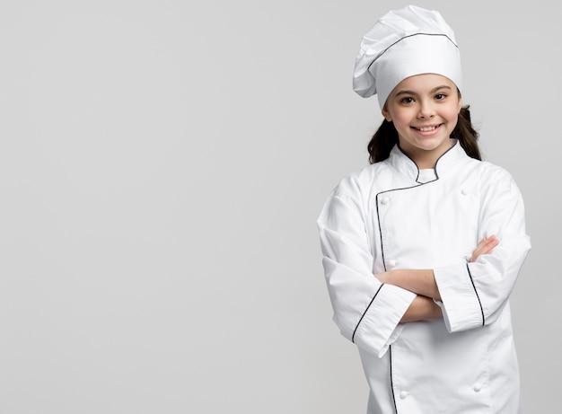 Giovane cuoco unico di vista frontale che sorride con lo spazio della copia