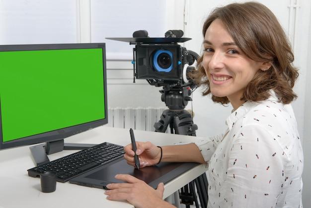 Giovane designer femminile con tavoletta grafica