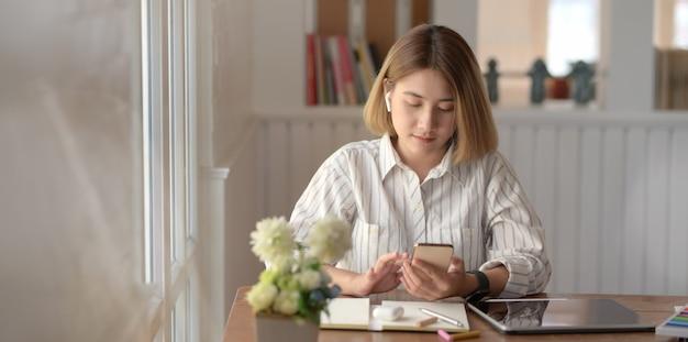 Giovane designer femminile professionista che lavora al suo progetto con la compressa digitale
