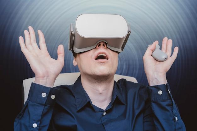 Giovane di realtà virtuale. innovazione e progressi tecnologici. tecnologia moderna per le imprese.