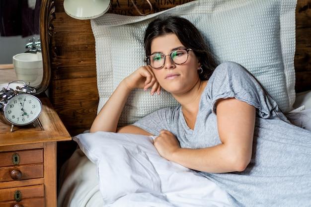 Giovane donna a letto