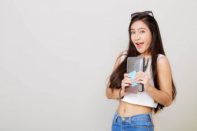 Giovane donna abbastanza asiatica che tiene portafoglio con carta di credito