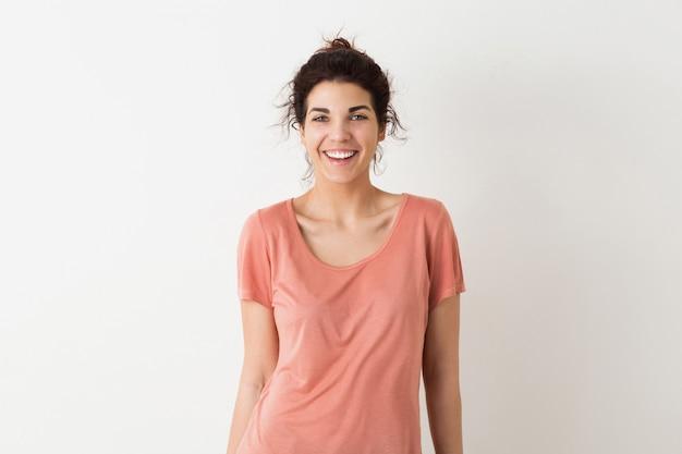 Giovane donna abbastanza naturale, sorridente, emozione sincera, maglietta positiva, felice, isolata, rosa