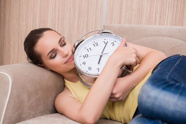 Giovane donna addormentata sul divano