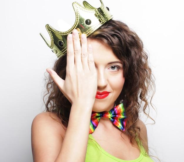 Giovane donna adorabile con corona