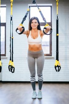 Giovane donna adulta che fa le esercitazioni in ginnastica