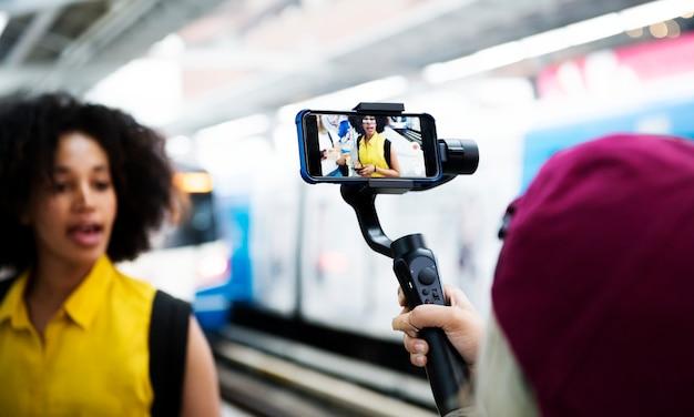 Giovane donna adulta che viaggia e vlog concetto di media sociali