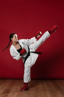 Giovane donna adulta con karate allenamento combattente cintura nera
