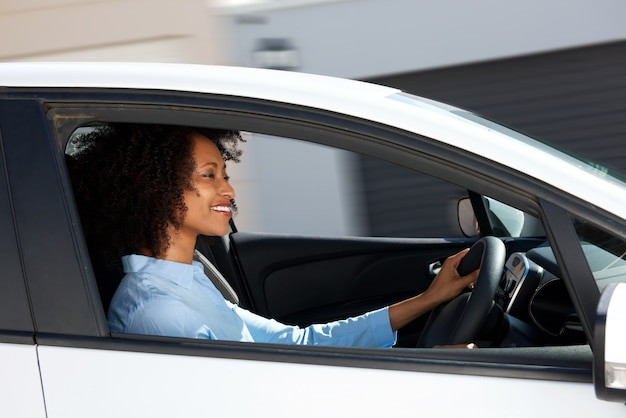 Giovane donna africana alla guida di auto