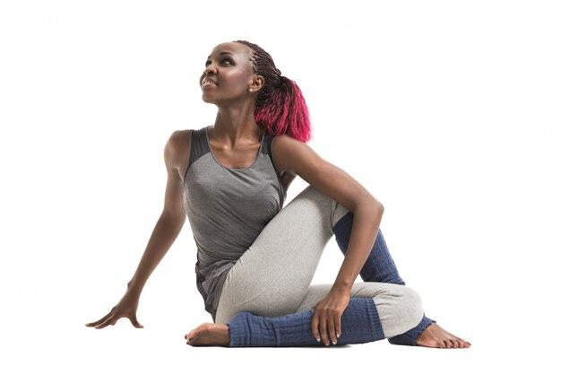 Giovane donna africana facendo un esercizio di stretching