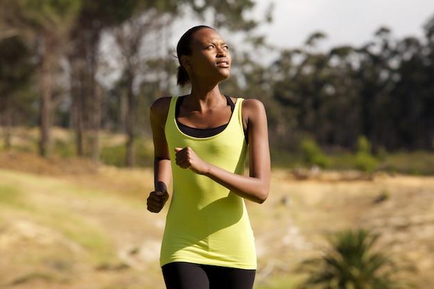 Giovane donna africana in buona salute che corre all'aperto